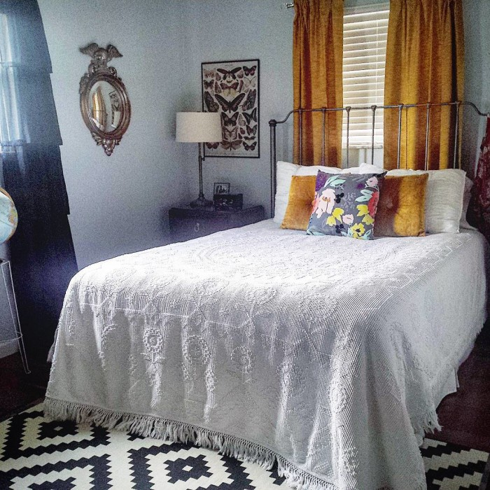 @louloumint_etsy Good morning and Happy Friday! I already had white bedding with a big puffy down comforter and duvet, but something about this vintage hobnail bedspread just looks so simple and inviting! It was my #thriftscorethursday!