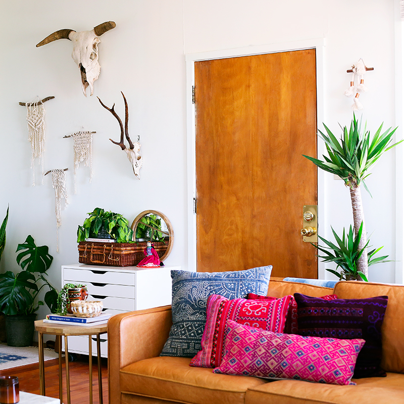 cluster-small-wall-hangings-together-to-create-an-interesting-art-display-gallery-wall-style-design-sponge