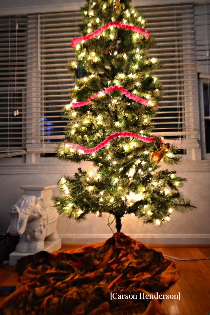 haphazardly-decorated-christmas-tree-bohemian-home