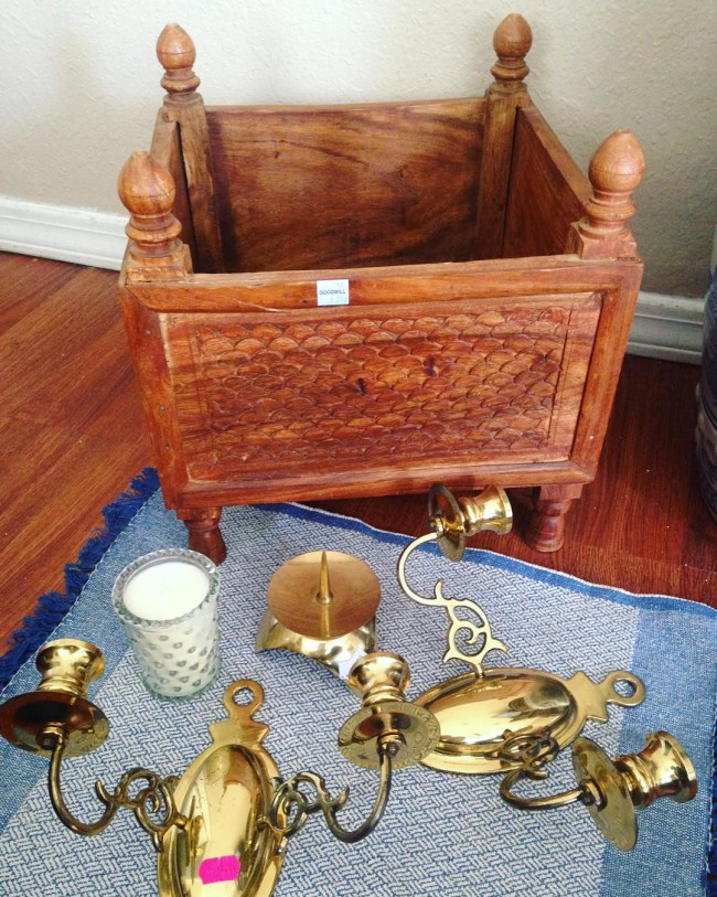 @secondhandglam Thursday Thrift finds. I went to Goodwill and got a cute candle and a wood platform box. I love carved wood and this made my day! I'm thinking of using for tall white candles or a planter. I found some nice brass at St. Vincent. #brass #thriftscorethursday #goodwill#thriftedhomedecor #thrifter