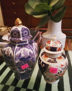 @vwbuggythrifter Rain keeps the thrifters away ... but not this girl. Rainy winter nights are perfect for having the whole store to yourself. Picked some ginger jars for $5.99 and $3.49 both made in Japan. Funny story my mom collected Chinoiserie as a kid as I thought it was hideous and HATED dusting it all. In fact mom still has some pieces in her garage...which I need to raid soon. And here I am 20 years later buying it all up in thrifts. #becomingmymother #scarystory #thriftscorethursday #salvationarmyfinds #thiftedhomedecor #chinoiserie #gingerjars